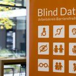 """Roll-Up des Arbeitskreises Barrierefreiheit zur Veranstaltungsreihe """"Blind Date"""". Icons zeigen verschiedene Lebenssituationen, z.B. eine Brille und eine Person im Rollstuhl."""