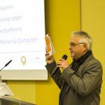 Andreas Lehmann eröffnet den WUD. In der Hand hält er eine Broschüre der German UPA.