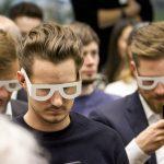 Teilnehmer testen mit Simulationsbrillen die Benutzung ihres Smartphones mit Seheinschränkung.