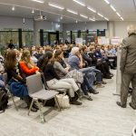 Totalansicht des vollen Konferenzsaales mit ca. 130 Teilnehmern.