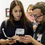 Johannes Mairhofer Thomas Heilmann zeigt Teilnehmerin an ihrem Smartphone, wie sehbehinderte und blinde Menschen Smartphones verwenden.