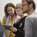 Blind Date des AK Barrierefreiheit der German UPA. Teilnehmer mit Tablet.