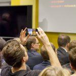 Teilnehmer im Publikum fotografiert.