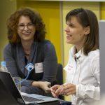 """Zweite Session """"Let's talk about web accessibility – ein Sichtwechsel"""": Franziska Sgoff und Silke Noetzel lachend."""